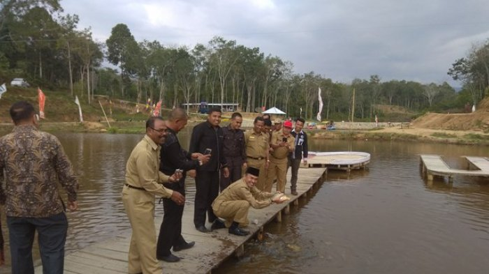 FOTO: Modal Awal Bumdes Taman Pertiwi Rp2,5 Juta,  Bupati Adirozal Turut Naik Flying Fox