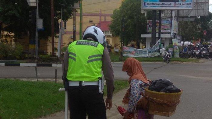 Disela Razia,Polantas Ini Bantu Seorang Nenek Menyeberang Jalan Lintas