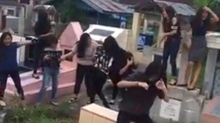 Joget di Atas Kuburan, Video Gerombolan Remaja Perempuan Sambil Kibaskan Rambut Viral di Facebook