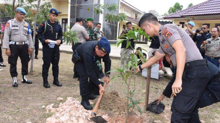 50 Batang Pohon Ditanam di Mako Brimob Polda Jambi, Kapolda : Peduli Penghijauan dan Lingkungan