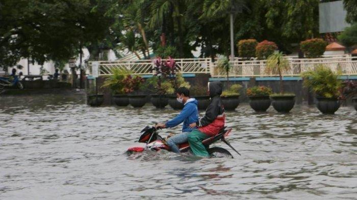 Cuitan Sujiwo Tedjo Soal Banjir di Semarang : Apa WA Temenku itu Hoaks?