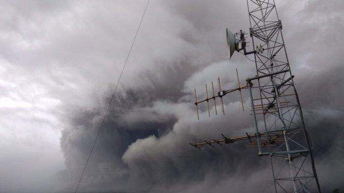 Gunung Semeru Mengeluarkan Awan Panas Dengan jarak 4.5 kilo, Status Waspada