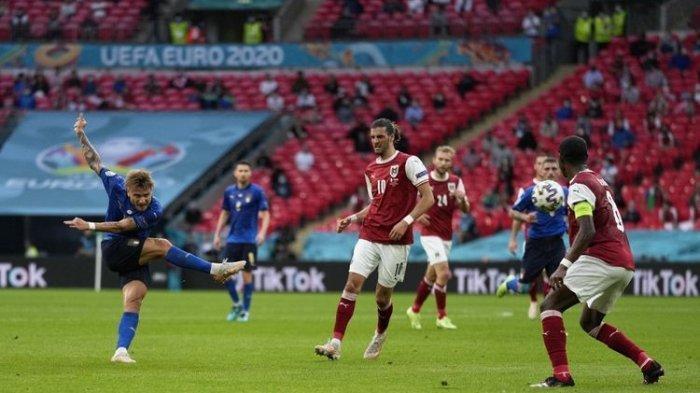 Penyerang Italia Ciro Immobile (kiri) melepas tembakan dalam laga babak 16 besar Euro 2020 di Stadion Wembley, Inggris, 26 Juni 2021