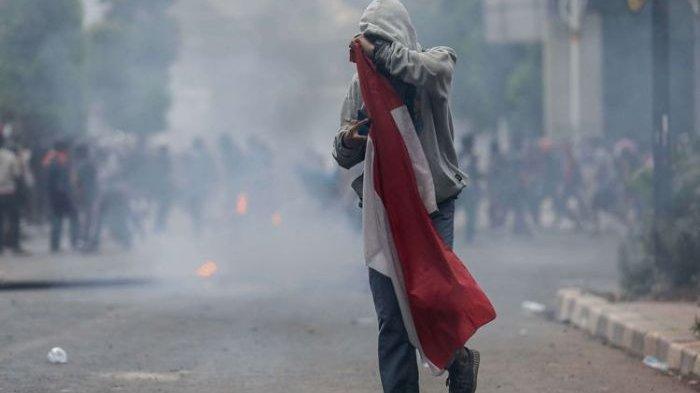 Pelajar yang Viral Pegang Bendera di Tengah Kepungan Gas Air Mata Dikabarkan Hilang dan Belum Pulang