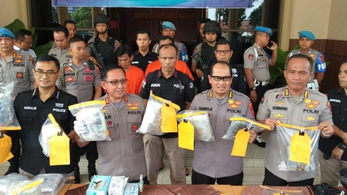8,2 Kg Sabu Puluhan Ribu Pil Ekstasy Dititipkan di Dum Truk, 2 Warga Tanjab Barat Diringkus Polisi