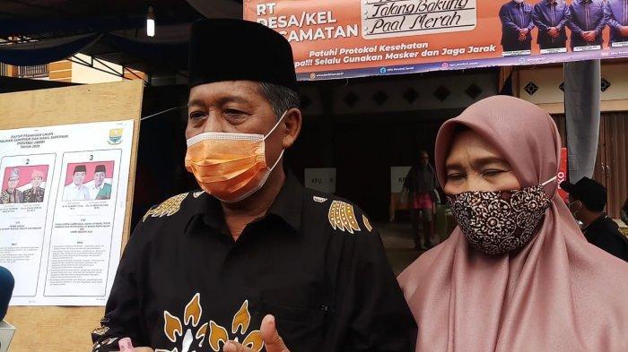 Abdullah Sani didampingi istri usai memberikan hak pilihnya, rabu (9/12/2020)