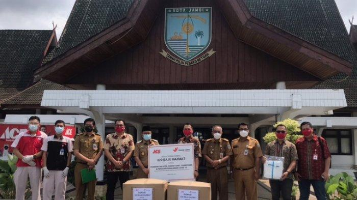ACE Donasikan 320 Baju Hazmat ke Pemkot Jambi untuk Pencegahan dan Penangan Covid-19