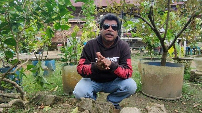 Afrizal J Toisuta (53) adalah seorang Youtuber yang tinggal di Muara Tembesi