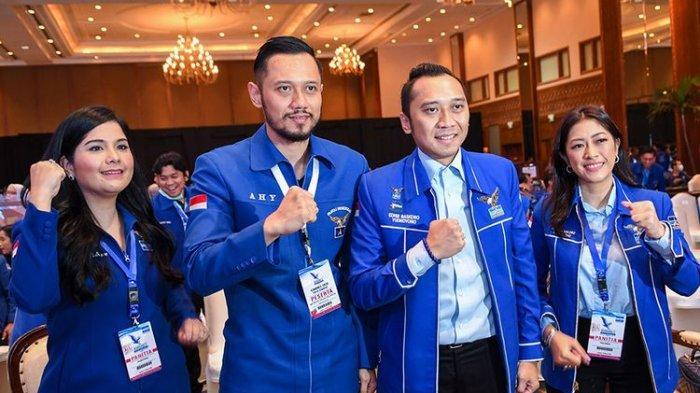 Putra dari Ketua Umum Partai Demokrat, Susilo Bambang Yudhoyono, Agus Harimurti Yudhoyono (kedua kiri) didampingi istri Annisa Pohan (kiri), Edhie Baskoro Yudhoyono (kedua kanan) dan istri Siti Rubi Aliya Rajasa (kanan) berpose disela-sela pembukaan Kongres V Partai Demokrat di Jakarta, Minggu (15/3/2020). Kongres tersebut bertemakan Harapan Rakyat, Perjuangan Demokrat.