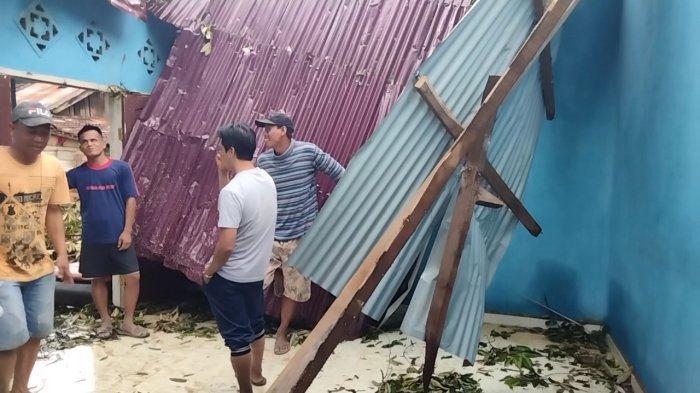 Akibat Angin Kencang Satu Rumah Warga Sekernan Muarojambi Rusak Tertimpa Pohon