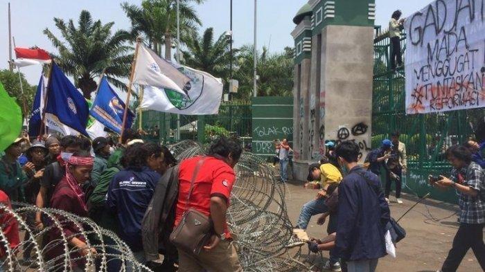 Mencekam, Bagian Pagar Gedung DPR Mulai Roboh, Gas Air Mata Ditembakkan