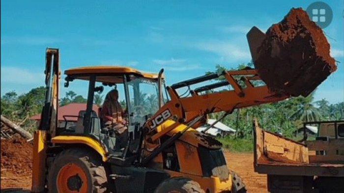 Aksi Indriyani mengemudikan alat berat