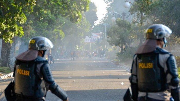 Aparat Pukul Mundur Massa Mahasiswa dari Depan Kantor Gubernur Jambi Ke Simpang BI
