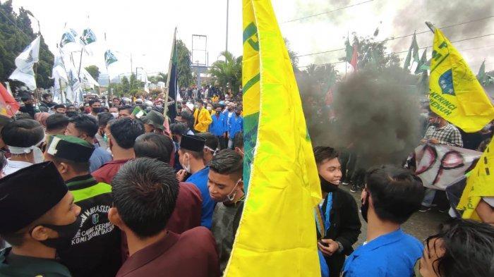 Aliansi Mahasiswa dalam Kabupaten Kerinci dan Sungai Penuh, menggelar aksi massa di Kantor DPRD Kota Sungai Penuh dan Kabupaten Kerinci, Kamis (8/10/2020).