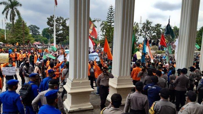 Aksi Tolak UU Omnibus Law di Gedung DPRD Provinsi Jambi Rusuh, Polisi Tembakkan Gas Air Mata