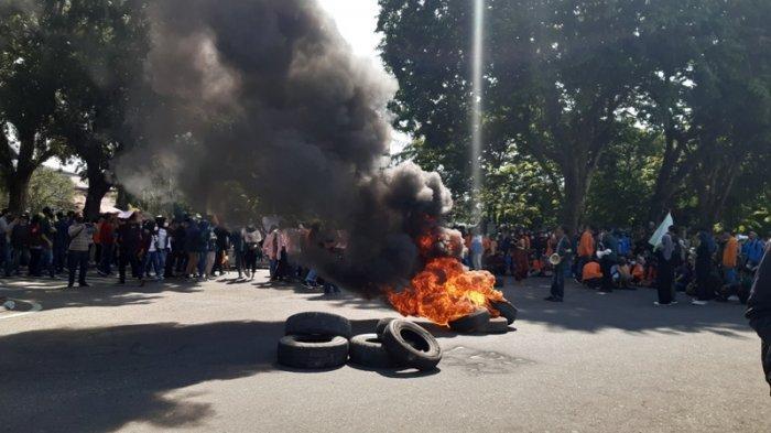 Aksi Tolak UU Cipta Kerja di Jambi, mahasiswa bakar ban di depan kantor Gubernur Jambi