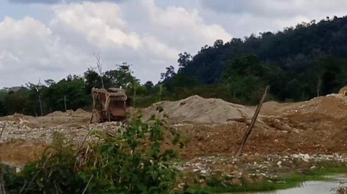 Aktifitas PETI. Foto diambil di salah satu desa di penghujung Kecamatan Limun, Minggu 15 November 2020.