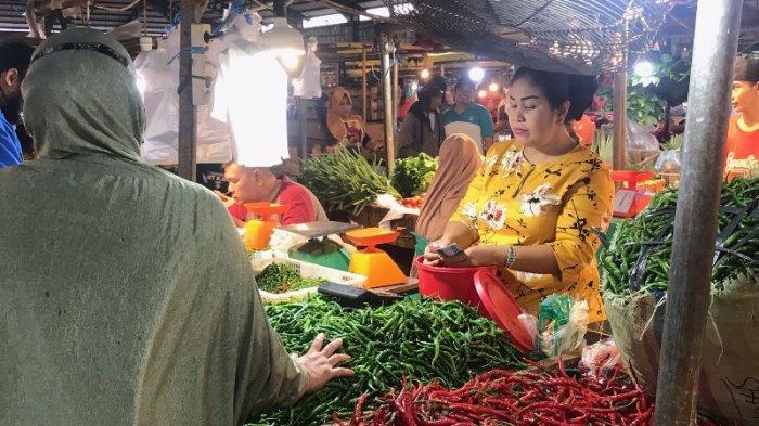 Aktivitas pedagang cabai di Pasar Angso Duo.