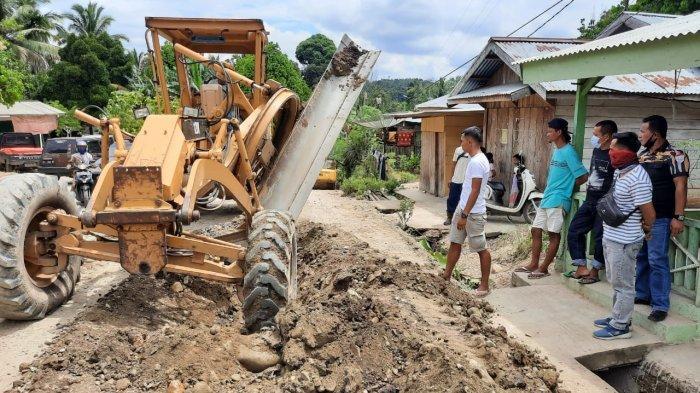 Warga dari beberapa desa di kawasan Batang Masumai melakukan pemblokiran jalan menggunakan batang pisang. Dinas PUPR perintahkan kontraktor lakukan perbaikan. Foto November 2020