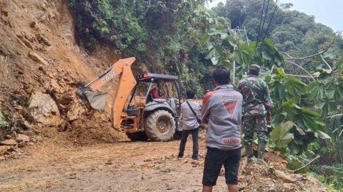 Pasca Longsor di Batang Asai, Jalan Sudah Bisa Dilalui Kendaraan, Warga Tetap Diminta Berhati-hati