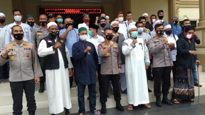 BREAKING: Gas Air Mata Masuk Masjid Ar Raudhoh Telanaipura, Aliansi Muslim Datang Disambut Kapolda