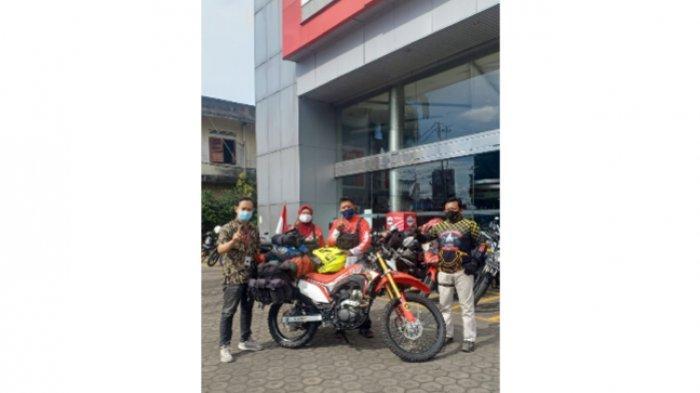 Niat Suci Pasangan Suami Istri Menunaikan Haji Ditemani Honda CRF150L