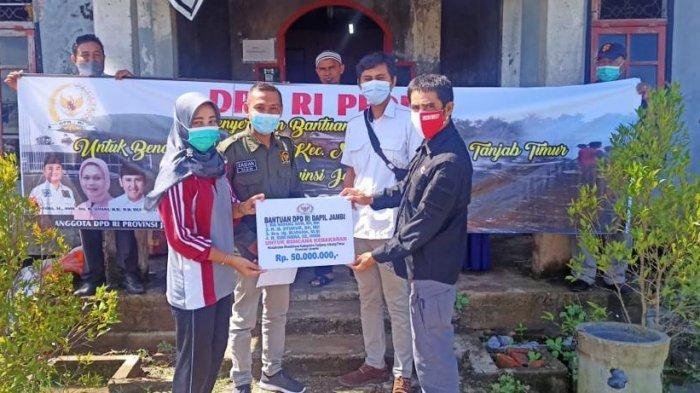 Anggota DPD RI utusan Provinsi Jambi kembali hadir membantu masyarakat yang terdampak kebakaran hebat di Desa Mendahara Tengah kecamatan Mendahara Kabupaten Tanjung Jabung Timur.