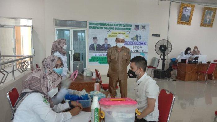 Anggota DPRD Tanjabbar Disuntik Vaksin