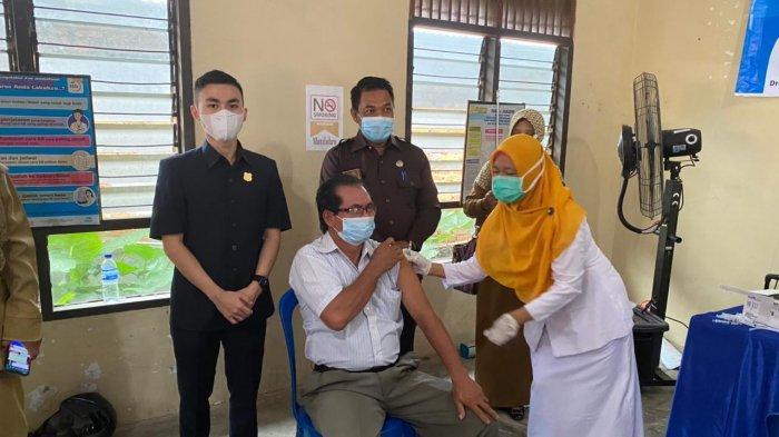 Anggota DPRD Tanjabbar Tinjau Langsung Pelaksanaan Vaksinasi di Kantor Lurah Tebing Tinggi