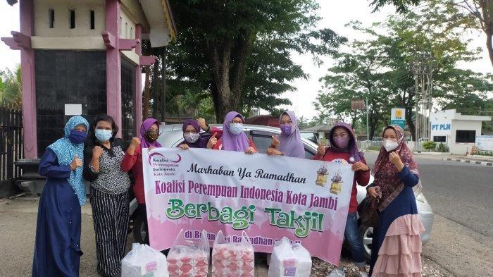 Ramadhan Berkah, KPI Cabang Kota Jambi Berbagi Takjil Gratis