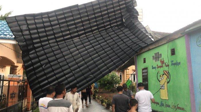 BREAKING NEWS Hujan Deras, Satu Atap Rumah Warga di Bungo Terbang