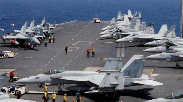 Pasukan Angkatan Laut Amerika Serikat di kapal induk Carl Vinson.