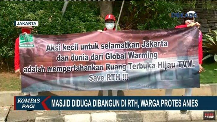 Gubernur DKI Jakarta Anies Baswedan diprotes sejumlah warga Taman Villa Meruya saat akan meletakkan batu pertama pembangunan masjid.