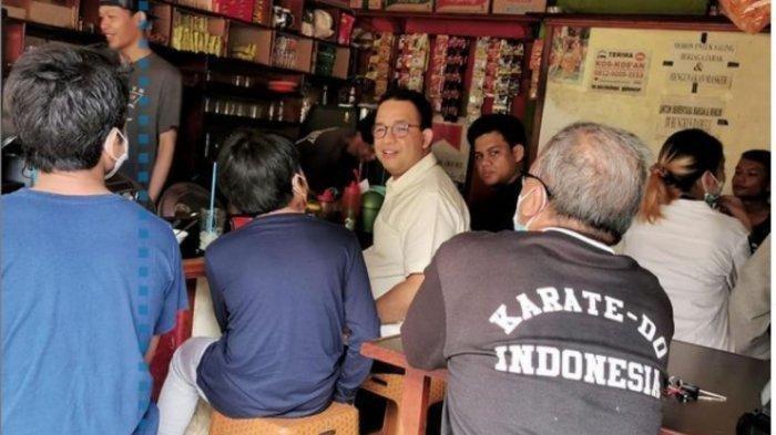 Momen Gubernur DKI, Anies Baswedan Makan di Warkop bersama anaknya. Sempatkan mengobrol dengan warga, bahkan ada yang tak menyadarinya dirinya adalah Gubernur DKI.