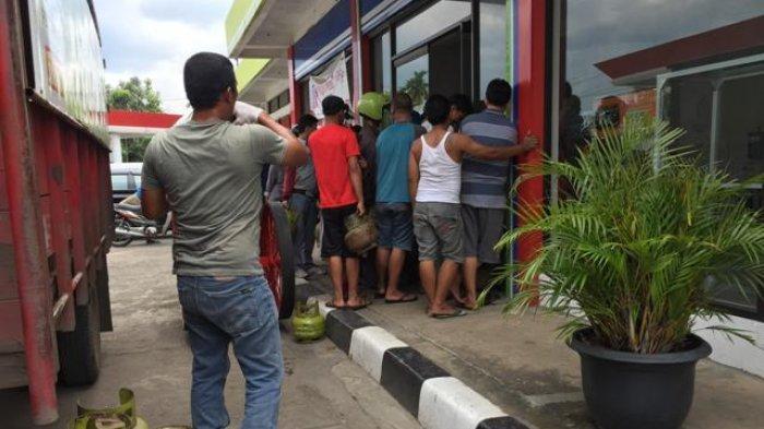 FOTO: Puluhan Warga Antre di Pom Bensin Jelutung, Begitu Mobil Masuk Langsung Ludes