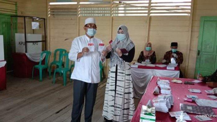 Anwar Sadat (UAS) datang ke TPS bersama istri ke TPS 04 RT 07 Kelurahan Sungai Nibung, Kecamatan Tungkal Ilir.