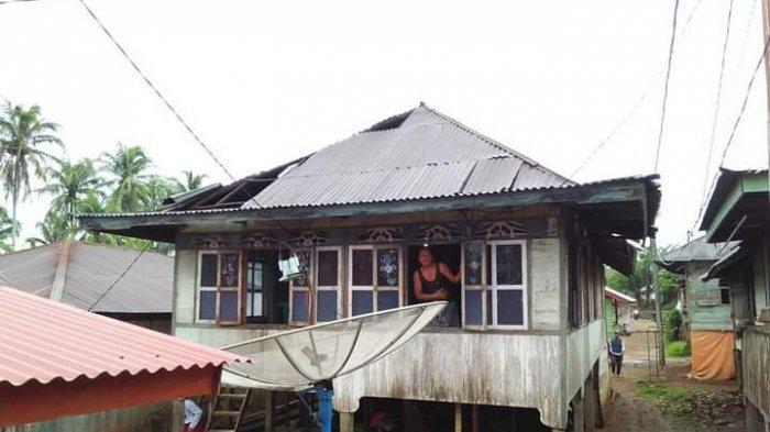 Atap Rumah Warga Desa Talang Paruh Berterbangan Akibat Hujan Angin di Merangin
