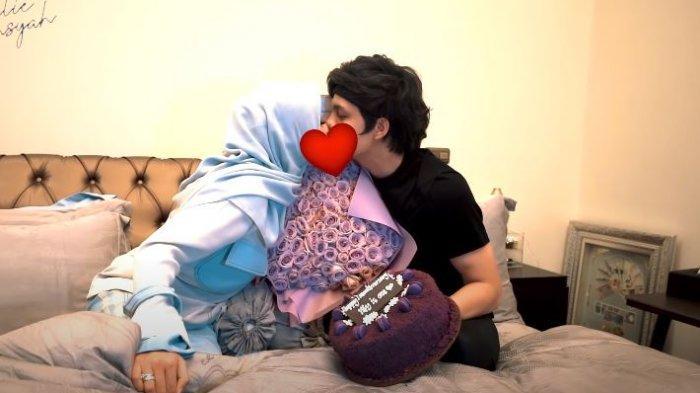 Adegan Ciuman Aurel dengan Atta Halilintar Sampai Tumpahkan Kue di Ranjang Terekam: Rasanya Melayang