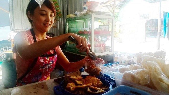 Viral penjual ayam geprek di Solo yang cantik,  Aviana Sulistya Kusuma (24).