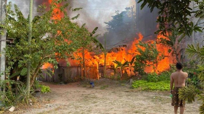 BREAKING NEWS Kebakaran di Kota Jambi, Bangsal Kayu di Pasir Putih Ludes, 1 Karyawan Luka Bakar