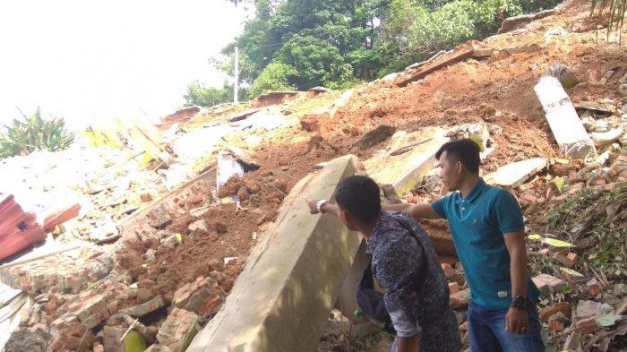 Kejadian Sangat Cepat, Dalam 30 Detik Ruko 10 Pintu Langsung Ambruk, di Tebing Sungai Masumai