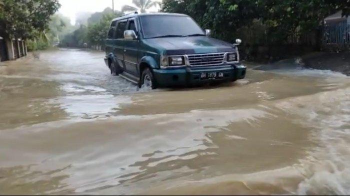 Intensitas curah hujan tinggi di wilayah Kabupaten Bungo beberapa hari terakhir menyebabkan beberapa batang sungai meluap hingga menyebabkan banjir.