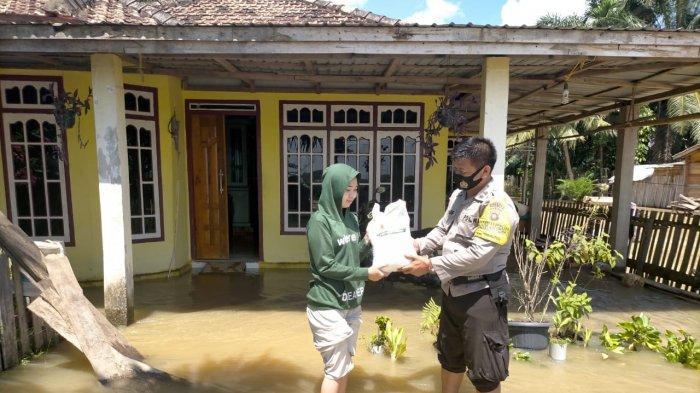 Desa Pulau Kayu Aro, Kecamatan Sekernan, Kabupaten Muarojambi, Provinsi Jambi.   Setidaknya ada 389 rumah yang terdampak banjir di desa ini, ketinggian air mencapai satu meter, pada Jumat (04/12/20). Aparat mulai beri bantuan.
