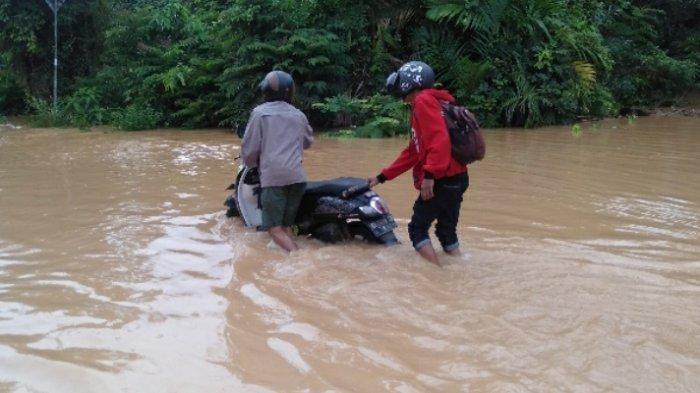 Banjir di Limun Sarolangun, Belasan Motor Mogok Nekat Terabas Banjir