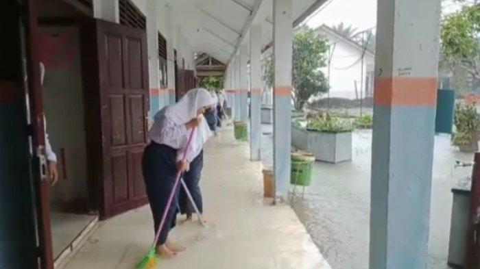 Banjir Dadakan Hentikan Aktivitas Belajar Siswa SMAN 2 Muarojambi Selama Lima Jam