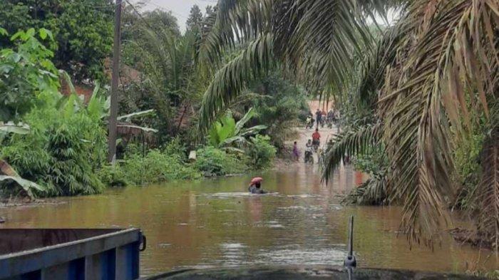 Hujan Semalaman Sebabkan Banjir di Tanjabbar, Jembatan di Desa Lubuk Bernai Putus