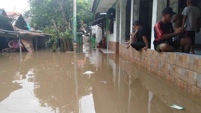 Banjir di Pemukiman Kemang Selatan Sampai Setinggi Leher Orang Dewasa, Ngungsi ke Mushala