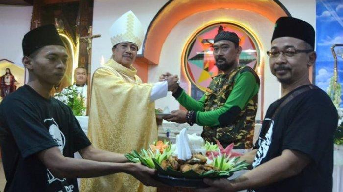 VIRAL Banser NU dan Gusdurian Bawa 9 Tumpeng di Perayaan HUT Gereja Katolik di Cilacap