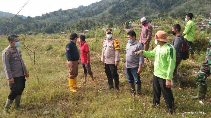 Bantu pemulihan ekonomi masyarakat ditengah Pandemi Covid-19 dan ketergantungan pada aktivitas Penambangan Emas Tanpa Izin (PETI), Polres Merangin gelar penanaman padi di bekas lokasi pengerukan.