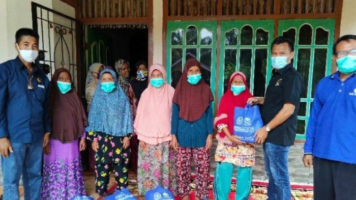 Ratusan Masyarakat Lansia di Desa Tunas Baru Dapatkan Bantuan Sembako dari Anggota Dewan Ini